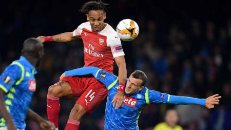 Pierre-Emerick Aubameyang sedang berduel di dudara dengan pemain Napoli. - INDOSPORT