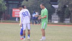Indosport - Pelatih Persib Bandung, Miljan Radovic memberikan instruksi kepada Beckham Putra Nugraha saat sesi latihan di Saraga ITB, Kota Bandung, Jumat (19/04/2019) (Arif Rahman/INDOSPORT).