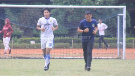 Achmad Jufrianto berlatih terpisah ditemani fisioterapi Persib, Benedektus saat latihan di Saraga ITB, Kota Bandung, Jumat (19/04/2019) (Arif Rahman/INDOSPORT) - INDOSPORT