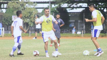 Pemain anyar Persib Bandung, Artur Gevorkyan saat berlatih di Saraga ITB, Kota Bandung, Jumat (19/04/2019) (Arif Rahman/INDOSPORT). - INDOSPORT