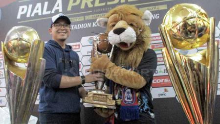 Yusrinal Fitriandi saat menyambut kedatangan maskot Arema FC melakukan nazarnya. - INDOSPORT