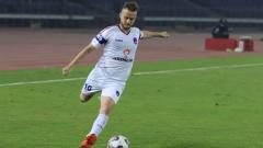 Indosport - Rene Mihelic saa mengeksekusi bola.