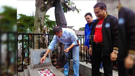 Ketua Asprov PSSI Jawa Barat, Tommy Apriantono menaburkan bunga saat ziarah ke makam pendiri sekaligus ketua pertama PSSI Ir. R. Soeratin di Taman Pemakaman Umum (TPU) Sirnaraga, Kota Bandung, Jumat (19/04/19). - INDOSPORT
