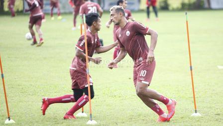 Bruno Matos (kanan) saat berlatih bersama Persija Jakarta jelang laga keempat AFC Cup 2019 melawan Ceres Negros di Lapangan PSAU TNI Angkatan Udara, Halim, Jumat (19/04/19). Herry Ibrahim/INDOSPORT