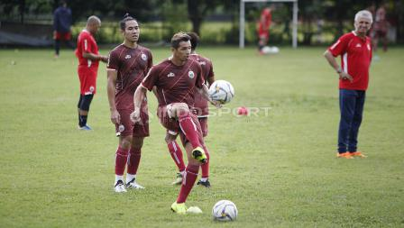 Silvio Escobar saat mengontrol bola pada latihan Persija Jakarta jelang laga keempat AFC Cup 2019 melawan Ceres Negros di Lapangan PSAU TNI Angkatan Udara, Halim, Jumat (19/04/19). Herry Ibrahim/INDOSPORT