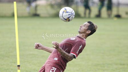 Silvio Escobar saat mengontrol bola dengan dadanya pada latihan Persija Jakarta jelang laga keempat AFC Cup 2019 melawan Ceres Negros di Lapangan PSAU TNI Angkatan Udara, Halim, Jumat (19/04/19). Herry Ibrahim/INDOSPORT