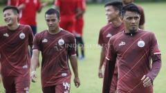 Indosport - Maman Abdurahman (kanan) pada latihan Persija Jakarta jelang laga keempat Piala AFC 2019 melawan Ceres-Negros di Lapangan PSAU TNI Halim, Jumat (19/4/19). Herry Ibrahim/INDOSPORT