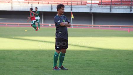 Djadjang Nurdjaman memimpin latihan di Stadion GBT, Jumat (19/4/19). Fitra Herdian/INDOSPORT - INDOSPORT