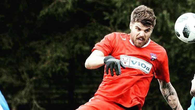 Antonio Asanovic mengambil bola dari lawan lewat sundulan Copyright: asanovic_antonio