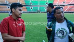 Indosport - Zumi Zovtan (kiri) dari PT LIB sedang melakukan verifikasi Stadion Gelora Bung Tomo.