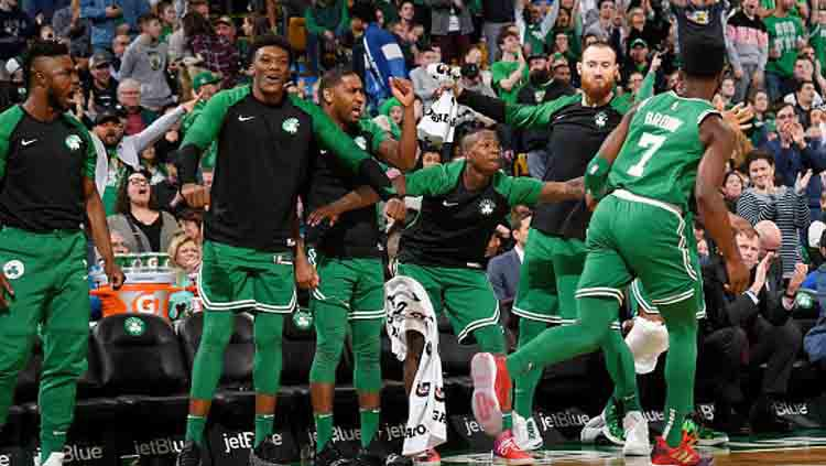 Selebrasi para pemain Boston Celtics dalam sebuah petandingan. Copyright: Brian Babineau/GETTYIMAGES
