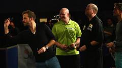 Indosport - Van der Vaart saat mencoba peruntungan olahraga dart.