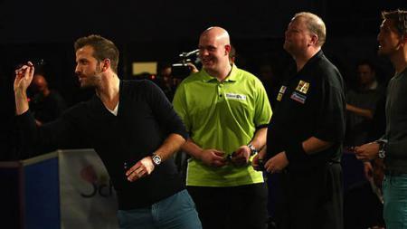 Van der Vaart saat mencoba peruntungan olahraga dart. - INDOSPORT