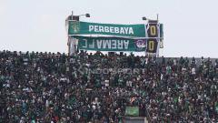 Indosport - Papan skor manual saat Persebaya vs Arema FC di Stadion GBT. Foto: Fitra Herdian/INDOSPORT