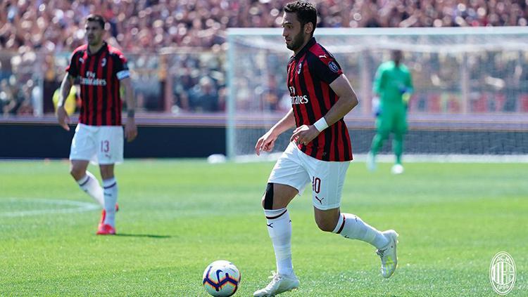 Hakan Calhanoglu di laga Serie A antara Parma vs AC Milan.(20/04/2019). Copyright: Twitter@ACMilan