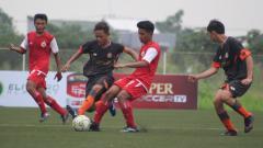 Indosport - Duel pemain Persija U-16 dengan Pemain Semen Padang U-16 pada laga Liga 1 U-16 di Lapangan NYTC Sawangan, Depok, Sabtu (20/04/19). Foto: Media Persija
