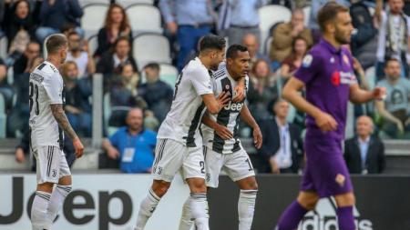 Pemain Juventus, Alex Sandro, mencetak gol ke gawang Fiorentina, Minggu (21/04/19), di Allianz Stadium.. - INDOSPORT