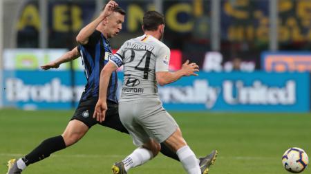 Ivan Perisic berebut bola dengan Alessandro Florenzi. - INDOSPORT