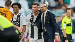Indosport - Cristiano Ronaldo dan Massimiliano Allegri rayakan scudetto Serie A Italia 2018/19 bagi Juventus.