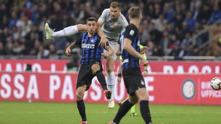 Para pemain dari kedua tim saling berebut bola di udara saat pertandingan Inter vs Roma. (asroma) - INDOSPORT