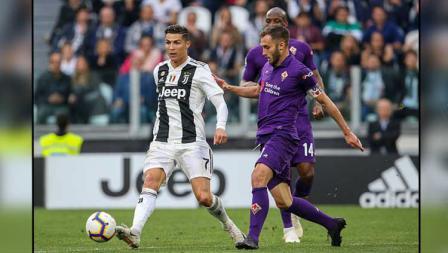 Pemain megabintang Juventus, Cristiano Ronaldo (kiri) mendapat penjagaan dari kapten Fiorentina, German Pezzella.
