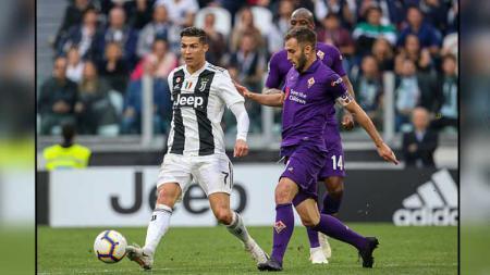 Pemain megabintang Juventus, Cristiano Ronaldo (kiri) mendapat penjagaan dari kapten Fiorentina, German Pezzella. - INDOSPORT