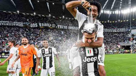 Juan Cuadrado meluapkan kegembiraannya ke Cristiano Ronaldo usai Juventus memastikan diri menjadi juara Serie A Italia 2018/19. - INDOSPORT