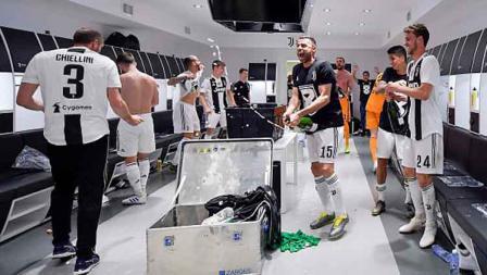 Kegembiraan para pemain Juventus berlanjut hingga di ruang ganti.