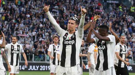 Cristiano Ronaldo mendapat sambutan meriah dari para penggemar Juventus saat kembali ke klub untuk cek medis dan berlatih. NurPhoto/GETTYIMAGES. - INDOSPORT