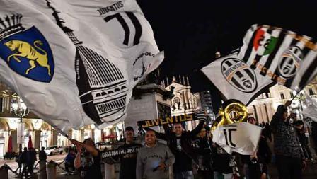 Para fans Juventus pun turut merayakan gelar juara yang diraih tim kesayangan mereka usai laga melawan Fiorentina di luar Stadion Allianz.