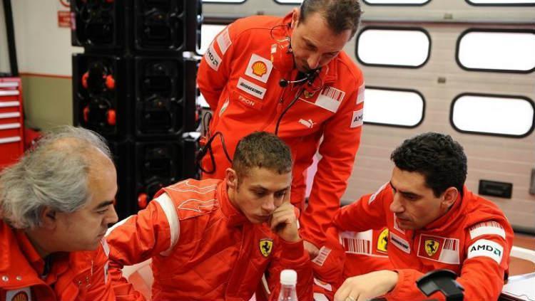 Valentino Rossi saat bersama tim balap mobil Formula 1, Ferrari. Copyright: Motorsport