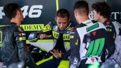 Indosport - Valentino Rossi berdiskusi bersama pembalap junior di VR46 Academy.