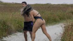 Indosport - Joyce Vieira (kanan) saat memukul pria yang dianggapnya masturbasi ke arah dirinya