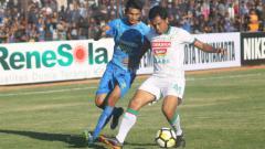 Indosport - Achmad Hisyam Tolle (kanan) saat membela PSS Sleman bermain melawan PSIM Yogyakarta di Liga 2. Ronald Seger Prabowo/INDOSPORT