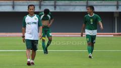 Indosport - Djadjang Nurdjaman memimpin latihan Persebaya di stadion GBT, Minggu (21/4/19). Fitra Herdian//INDOSPORT