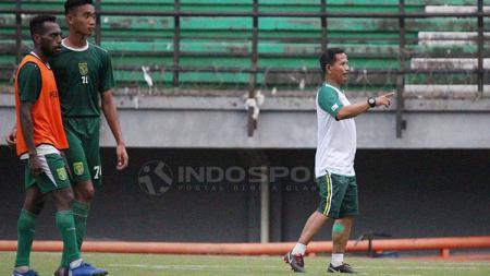 Djadjang Nurdjaman memimpin latihan Persebaya di Stadion GBT, Minggu (21/4/19). Fitra Herdian//INDOSPORT - INDOSPORT