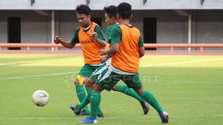 M Hidayat berusaha melewati hadangan pemain lain, saat mengikuti latihan mini games di Stadion GBT, Minggu (21/4/19). Fitra Herdian//INDOSPORT - INDOSPORT