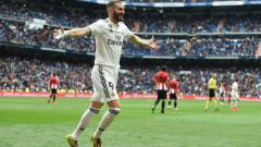 Indosport - Selebrasi Karim Benzema usai mencetak gol ke gawang Athletic Bilbao .