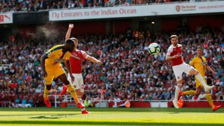 Gol Christian Benteke ke gawang Arsenal, Minggu (21/04/19), di Emirates Stadium - INDOSPORT