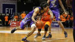 Indosport - Arif Hidayat berusaha lepas dari kawalan pemain Mono Vampire. Fitra Herdian/INDOSPORT