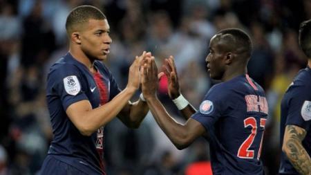 Pemain PSG, Kylian Mbappe dan Moussa Diaby, saat melawan Monaco, Senin (22/04/19), di Parc des Princes. - INDOSPORT