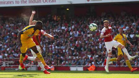 Christian Benteke berhasil mendobrak gawang Arsenal lewat sundulannya yang tajam di Emirates Stadium, Senin 21/04/19. Clive Rose/Getty Images