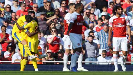 Christian Benteke melakukan selebrasi bersama Scott Dann dan Cheikhou Kouyate usai cetak gol ke gawang Arsenal di Emirates Stadium, Senin 21/04/19. Warren Little/Getty Images
