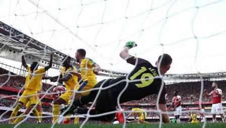 James McArthur melakukan selebras usai mendobrak gawang Bernd Leno pada laga laga Liga Primer Inggris di Emirates Stadium, Senin 21/04/19. Warren Little/Getty Images