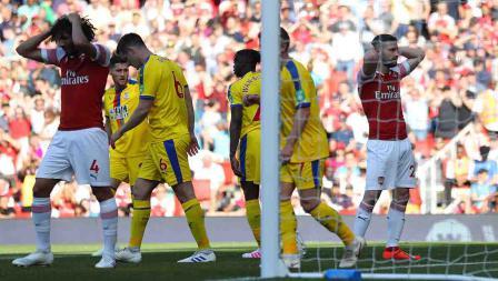 Shkodran Mustafi (kanan) dan Mohamed Elneny tampak menunjukan ekspresinya usai gagal memanfaatkan bola bol ke gawang Crystal Palace di Emirates Stadium, Senin 21/04/19. Warren Little/Getty Images