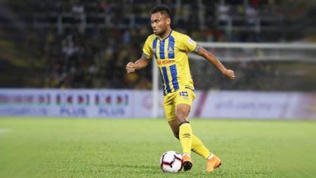 Pemain Pahang FA, Saddil Ramdani saat menggiring bola - INDOSPORT