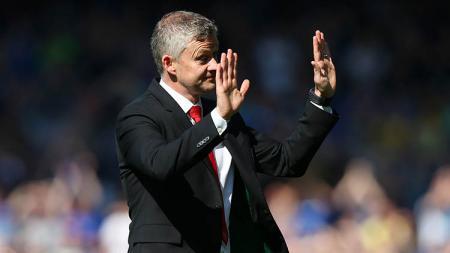 Ole Gunnar Solskjaer tengah memberikan instruksi harap tenang terhadap para pemain Man United kalah sama Everton, Senin (21/9/19) Goodison Park. Alex Livesey/Getty Images - INDOSPORT
