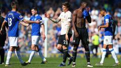Indosport - Paul Pogba dan Victor Lindelof tampak lesu usai kalah dari Everton di Goodison Park, Senin (22/04/19). Alex Livesey/Getty Images