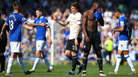 Paul Pogba dan Victor Lindelof tampak lesu usai kalah dari Everton di Goodison Park, Senin (22/04/19). Alex Livesey/Getty Images - INDOSPORT