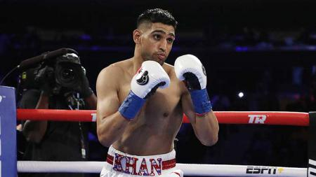 Amir Khan saat akan memukul lawannya Terence Crawford gelar kelas welter WBO di Madison Square 20/04/19. Al Bello / Getty ImagesGarden - INDOSPORT